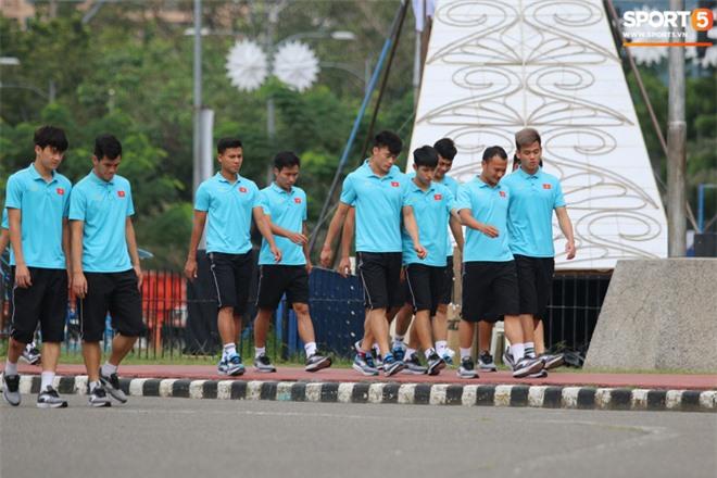 U22 Việt Nam đi bộ khởi động giữa buổi trưa nóng nực trong ngày diễn ra trận chung kết SEA Games 30 - Ảnh 6.