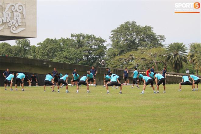U22 Việt Nam đi bộ khởi động giữa buổi trưa nóng nực trong ngày diễn ra trận chung kết SEA Games 30 - Ảnh 7.