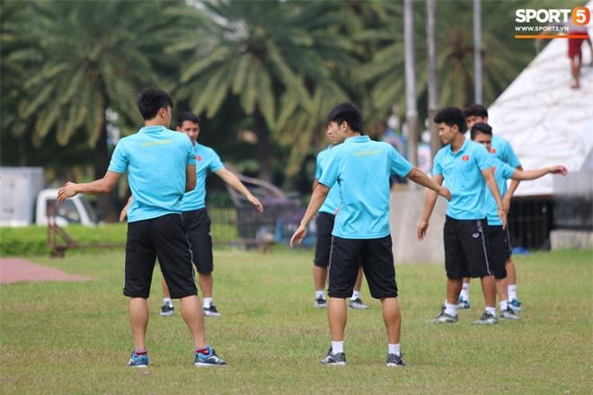 U22 Việt Nam đi bộ khởi động giữa buổi trưa nóng nực trong ngày diễn ra trận chung kết SEA Games 30 - Ảnh 8.
