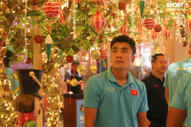 U22 Việt Nam đi bộ khởi động giữa buổi trưa nóng nực trong ngày diễn ra trận chung kết SEA Games 30 - Ảnh 9.