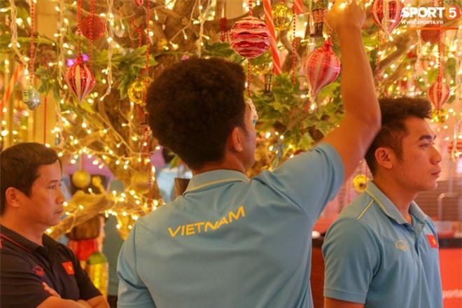 U22 Việt Nam đi bộ khởi động giữa buổi trưa nóng nực trong ngày diễn ra trận chung kết SEA Games 30 - Ảnh 10.