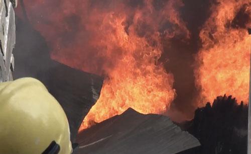 Đà Nẵng: Xưởng gỗ nằm gần kho gas bốc cháy ngùn ngụt