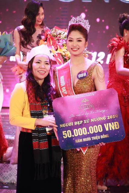 Người đẹp xứ Mường 2019 Nguyễn Hàm Hương cùng bà Bùi Thị Niềm - Giám đốc Sở Văn hóa, Thể thao và Du lịch Hòa Bình