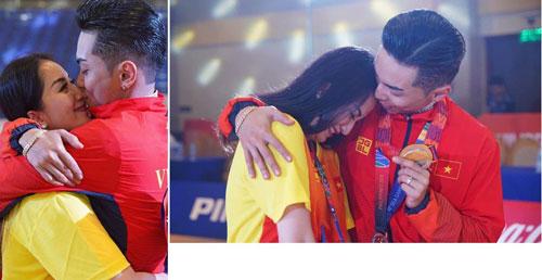 Phan Hiển vừa cùng Nhã Khanh giành HCV ở bộ môn dancesport tại SEA Games 30. Bà xã Khánh Thi cũng đóng vai trò là một trong những HLV dẫn đoàn đi Philippines dự thi. Không chỉ thành công trong sự nghiệp, cặp đôi còn có một tổ ấm hạnh phúc bên hai nhóc tì vô cùng đáng yêu.
