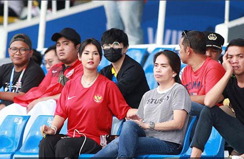 Tại SEA Games 2019 ở Philippines, cô nàng Maria Ozawa bất ngờ mặc áo đội Indonesia đến xem trận đấu giữa quốc gia này với ĐKVĐ Thái Lan. Chẳng rõ có phải nhờ