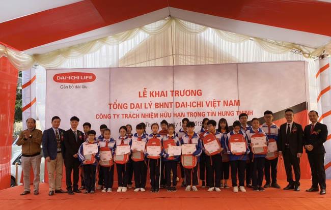 Dai-Ichi Việt Nam tặng 20 suất học bổng cho học sinh nghèo vượt khó học giỏi trên địa bàn huyện Thanh Trì, TP Hà Nội (ảnh TL)
