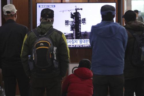Người dân Hàn Quốc xem vụ thử tên lửa của Triều Tiên trên màn hình tại ga tàu điện ngầm ở Seoul. (Ảnh minh họa: AP)