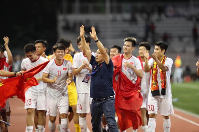 Với việc giành được Huy chương vàng tối 10/12, Tập đoàn Hưng Thịnh quyết định thưởng thêm cho Ban huấn luyện đội bóng và cá nhân HLV trưởng Park Hang Seo (ảnh TL)