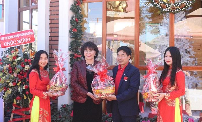 Bà Huệ tặng quà tượng trưng để cùng với trung tâm tặng người nghèo