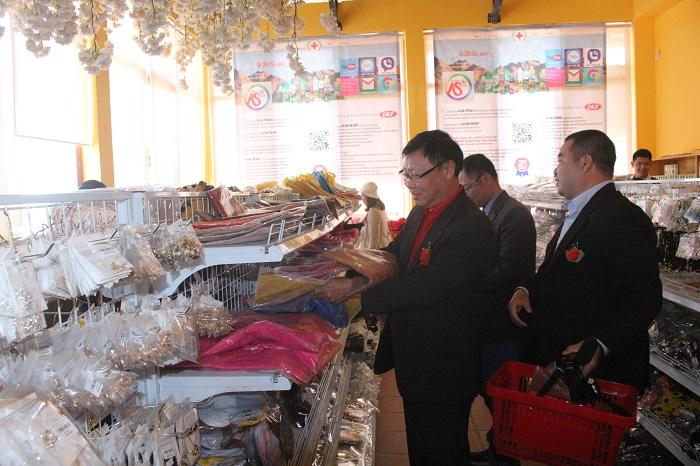 Các đại biểu vui vẻ mua sắm nhân khai trương