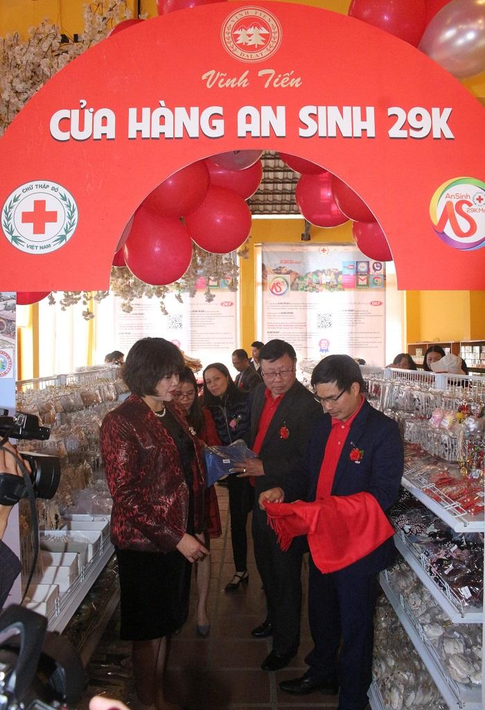 Cùng đại diện các đối tác kiểm tra chất lượng các loại sản phẩm trưng bày tại Cửa hàng an sinh 29k