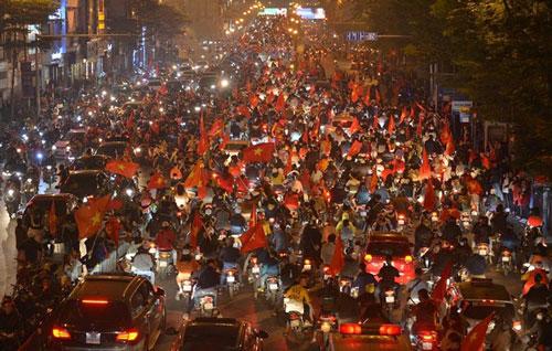"""Mạng xã hội thể thao hàng đầu thế giới choáng ngợp với hình ảnh """"đi bão"""" của người dân Việt Nam"""