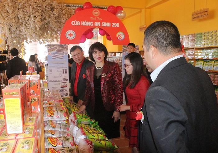 Bà Huệ giới thiệu các sản phẩm của Công ty Vĩnh Tiến