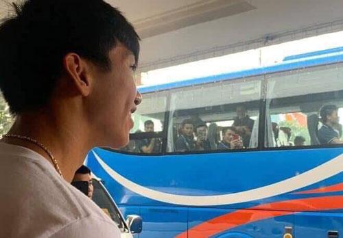 Không thể kìm nén nước mắt nhìn Văn Hậu đơn độc tiễn đồng đội về nước