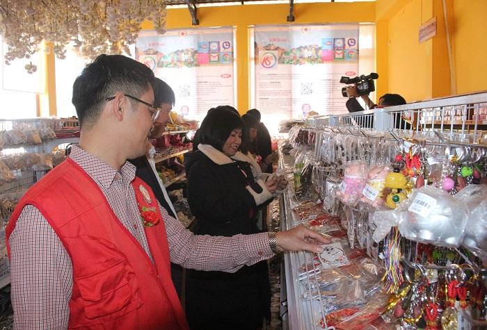 Cũng có rất động người dân, du khách tham quan, mua sắm