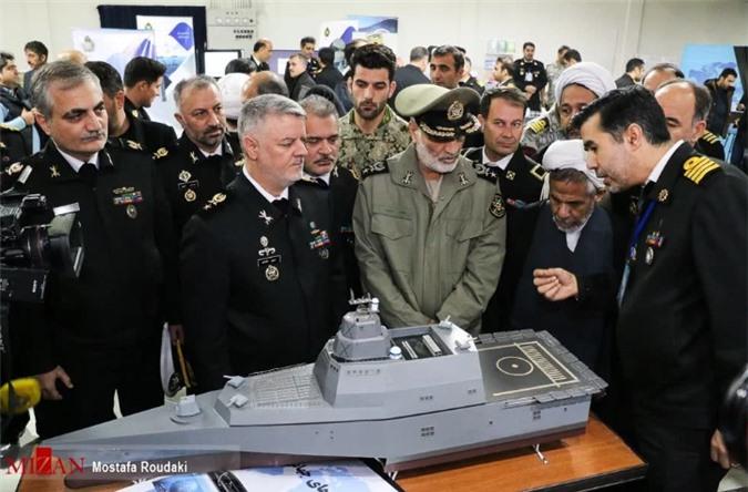 Iran khoe tau chien ba than, giong het tau chien My dang hien dien o bien Dong-Hinh-4