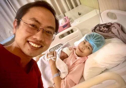 Vợ chồng Phí Linh hạnh phúc đón con đầu lòng.