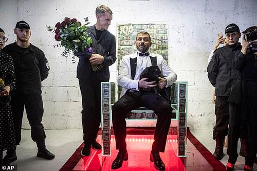 Tỷ phú Nga Igor Rybakov ngồi trên chiếc ghế tiền. Ảnh: AP