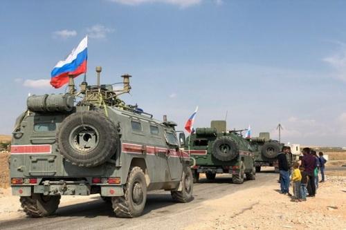 Đoàn xe tuần tra của quân cảnh Nga đã bị chặn lại bởi binh lính Mỹ. Ảnh: Avia.pro.