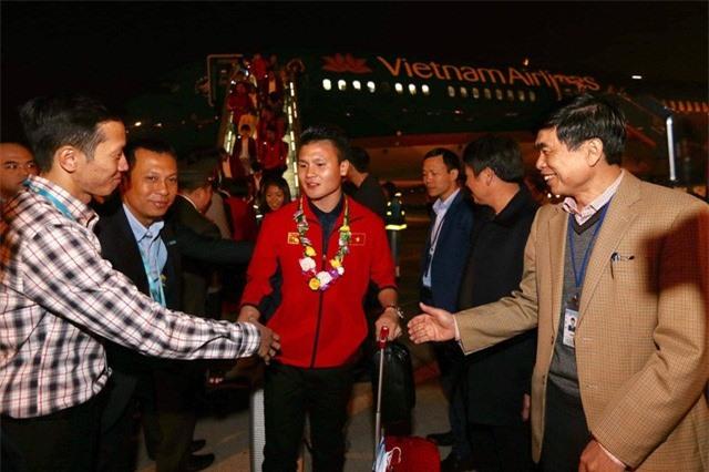 ẢNH: U22 Việt Nam và ĐT nữ Việt Nam về đến Hà Nội sau hành trình chinh phục SEA Games 30 - Ảnh 10.