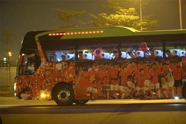 ẢNH: U22 Việt Nam và ĐT nữ Việt Nam về đến Hà Nội sau hành trình chinh phục SEA Games 30 - Ảnh 12.