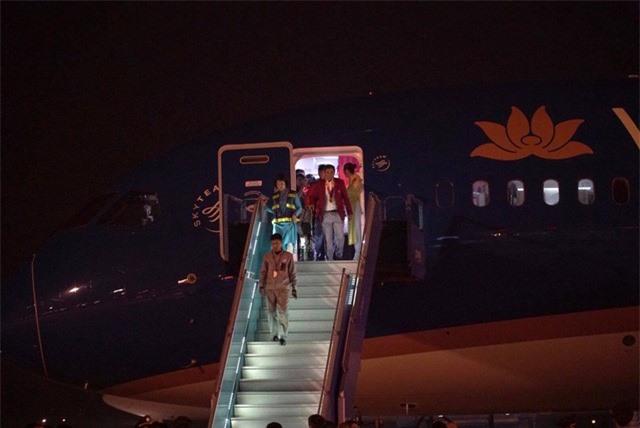 ẢNH: U22 Việt Nam và ĐT nữ Việt Nam về đến Hà Nội sau hành trình chinh phục SEA Games 30 - Ảnh 6.