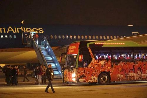 ẢNH: U22 Việt Nam và ĐT nữ Việt Nam về đến Hà Nội sau hành trình chinh phục SEA Games 30