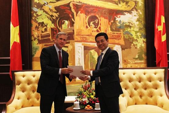 Bộ trưởng Bộ TT&TT Nguyễn Mạnh Hùng tiếp Phó Chủ tịch Qualcomm tại Hà Nội.
