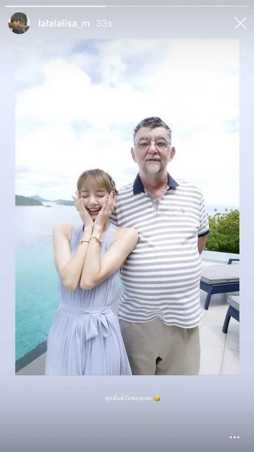 """Hình ảnh cực đáng yêu của Lisa bên bố dượng khiến fan """"tan chảy"""" vì quá đáng yêu"""