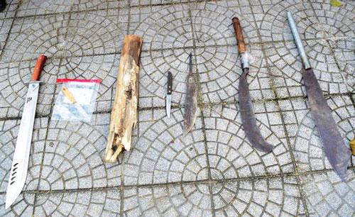 Thừa Thiên - Huế: Mâu thuẫn đòi nợ, dùng hung khí truy sát, phá tan xe taxi chở đối thủ