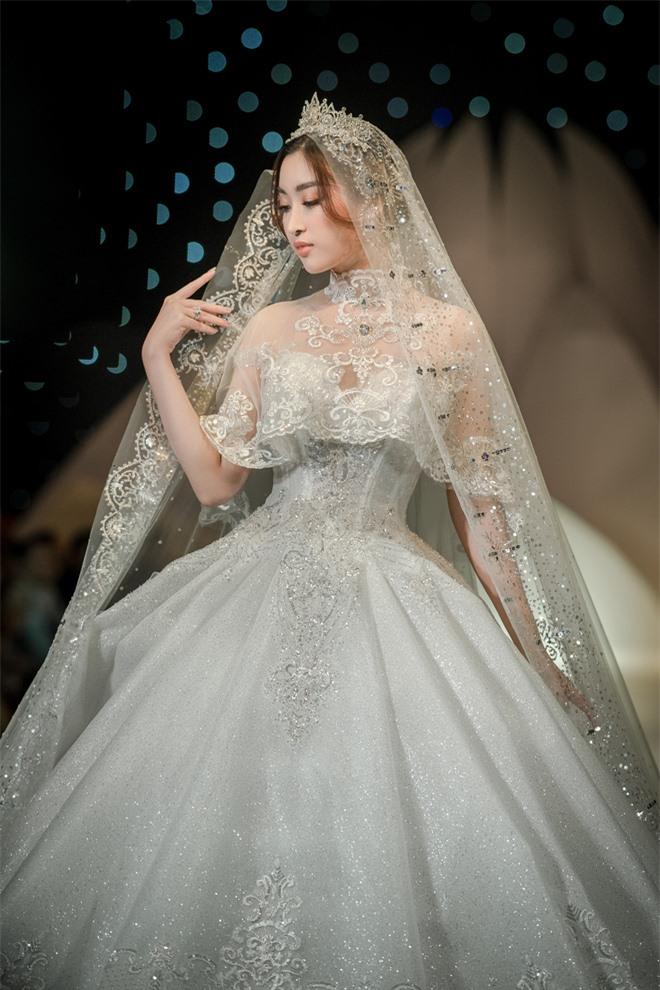 Đỗ Mỹ Linh xinh như công chúa, diện váy cưới 1 triệu USD - Ảnh 2.