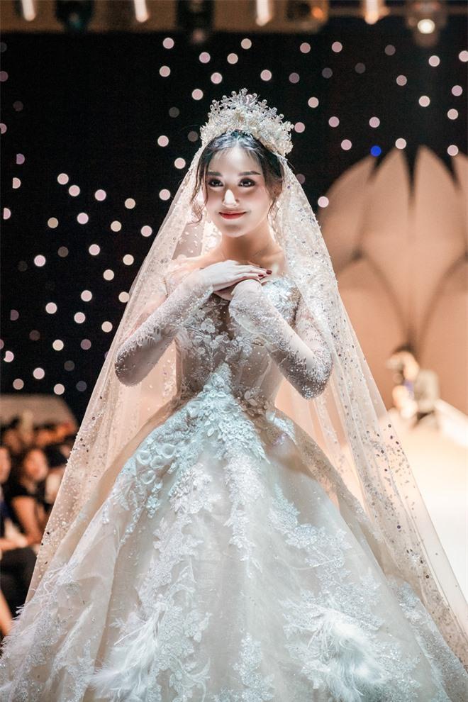 Đỗ Mỹ Linh xinh như công chúa, diện váy cưới 1 triệu USD - Ảnh 6.