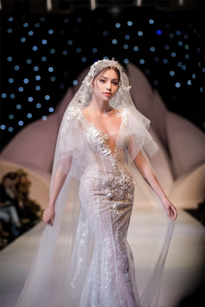 Đỗ Mỹ Linh xinh như công chúa, diện váy cưới 1 triệu USD - Ảnh 9.