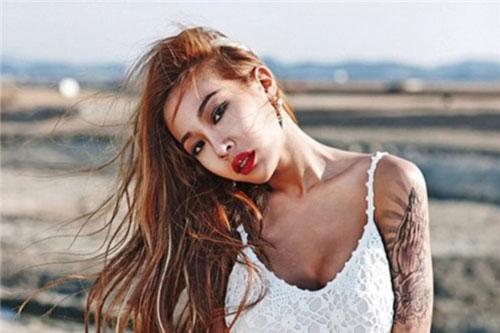 Jessi là một trong những nữ rapper nổi tiếng nhất nhì Kpop. Cô gây ấn tượng bởi sự cá tính, phong cách thời trang táo bạo và phóng khoáng.