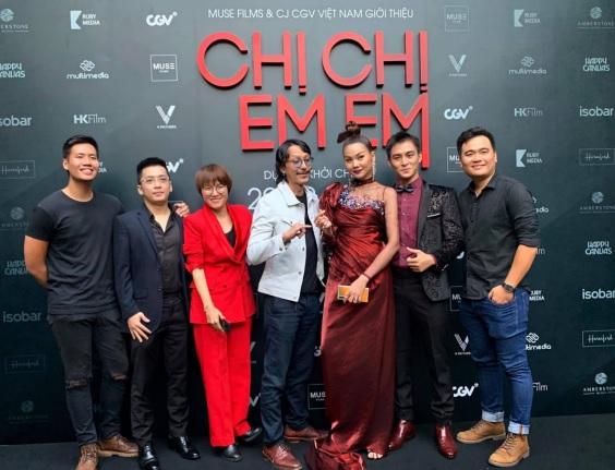 Nhà sản xuất Will Vũ (thứ 2 từ trái qua) cùng êkip phim Chị Chị Em Em