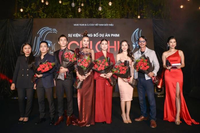 Nhà sản xuất Will Vũ (ngoài cùng bên trái) cùng Chi Pu, Lãnh Thanh và êkip tại hiện trường quay phim Chị Chị Em Em