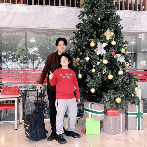 Tim khoe ảnh bên con trai nhân dịp Giáng sinh