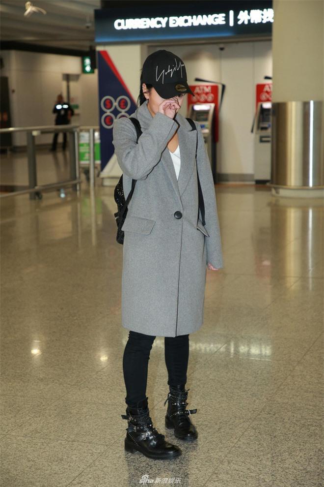8 tháng sang Mỹ lánh nạn vì bê bối ngoại tình, Á hậu tiểu tam khóc nức nở khi bị phóng viên vây chặt tại sân bay - Ảnh 1.