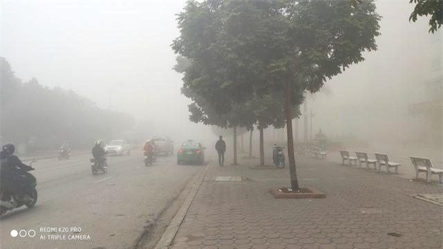 Hà Nội sương mù dày đặc, báo động tím tình trạng ô nhiễm không khí - Ảnh 2.