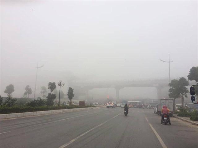 Hà Nội sương mù dày đặc, báo động tím tình trạng ô nhiễm không khí - Ảnh 3.