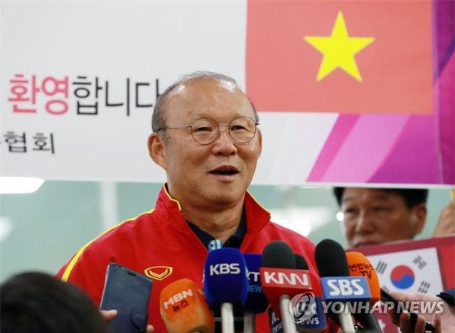 U23 Việt Nam tới Hàn Quốc, HLV Park Hang Seo gây sốt với giới truyền thông - 7