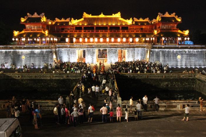 xây dựng và phát triển Thừa Thiên Huế trở thành thành phố trực thuộc Trung ương trên nền tảng bảo tồn, phát huy giá trị di sản cố đô và bản sắc văn hóa Huế