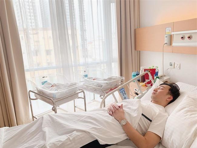 """Đăng ảnh chồng ngủ khi vào chăm quý tử sinh đôi, bà xã MC Thành Trung liền bị trêu: """"Tưởng em chăm 3 thằng con chứ?"""" - Ảnh 1."""