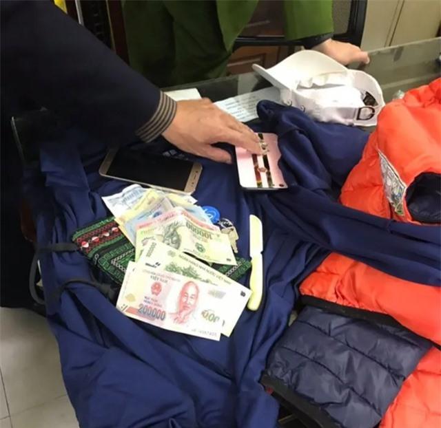 Hà Nội: Quây bắt đối tượng trộm cắp trên phố đi bộ Hồ Gươm, thu được hung khí  - 3