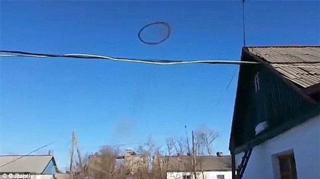 Vòng tròn đen bí ẩn trên bầu trời nước Mỹ cuối cùng cũng có đáp án - Ảnh 2.