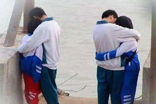 Anh Xu kiểm tra camera thì thấy con gái đang ôm bạn trai (Ảnh minh họa)
