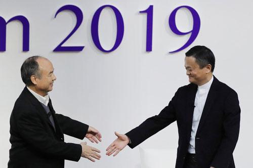 Masayoshi Son và Jack Ma có cuộc trò chuyện tại Đại học Tokyo ngày 6/12 - Ảnh: Nikkei.