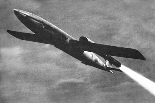 Trong một thời gian dài, nhiều người vẫn nhầm tưởng, tên lửa hành trình là phát minh của người Mỹ và chỉ có quân đội Mỹ mới sở hữu thứ vũ khí cực kỳ nguy hiểm này; nhưng thực tế, tên lửa hành trình là phát minh của người Đức, đã được sử dụng trong Thế chiến II và cuộc chạy đua trong chế tạo tên lửa hành trình giữa hai cường quốc Liên Xô (trước kia), Nga (hiện nay) cùng với Mỹ luôn song hành và hết sức quyết liệt.
