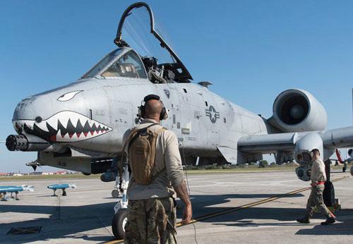 Cường kích cơ A-10 Thunderbolt II của Mỹ được xếp vào loại máy bay chi viện hoả lực có trang bị hai chỗ ngồi, được sử dụng suốt từ năm 1977 cho tới nay. Nguồn ảnh: Pinterest.