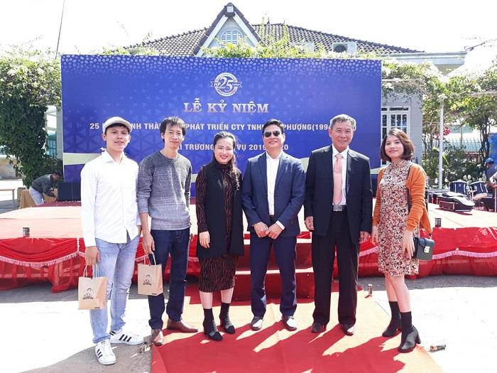 Lãnh đạo Hiệp hội Doanh nghiệp tỉnh Lâm Đồng và các đối tác chúc mừng Công ty TNHH Hồ Phượng